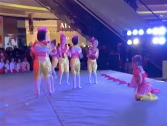 Cười xỉu cảnh bé gái vừa chạy vừa kéo quần để kịp lên múa, thần thái tự tin đáng 100 điểm