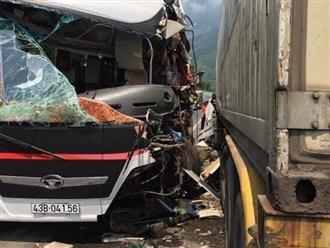 Đà Nẵng: Kinh hoàng xe khách chở đoàn du lịch Hàn Quốc bị container tông trực diện, người bị thương nằm la liệt