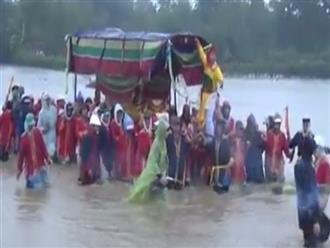 Clip: Đám tang vội vàng trong mưa lũ khiến nhiều người xót xa