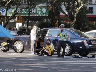Đâm trúng xe Rolls Royce, anh shipper ngồi khóc nức nở nhưng hành động sau đó của nữ tài xế mới khiến ai nấy ngỡ ngàng