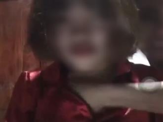 """Dân mạng lên án đôi bạn trẻ vô tư livestream cảnh """"đụng chạm"""" vòng 1 phản cảm"""