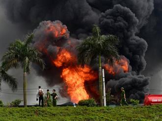 Hà Nội: Cháy dữ dội tại kho hóa chất ở Long Biên, thùng phuy phát nổ bay cao hàng chục mét