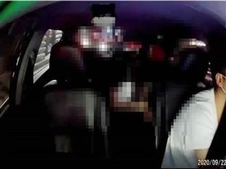 Đang ngồi trên taxi, cô gái đột ngột cúi xuống người bạn trai, lời kể của người chứng kiến khiến ai cũng bất bình