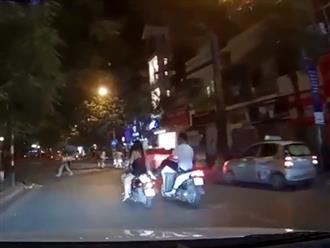 Clip thanh niên chạy xe sang thẳng chân đạp vào xe hai cô gái rồi bỏ chạy gây bức xúc