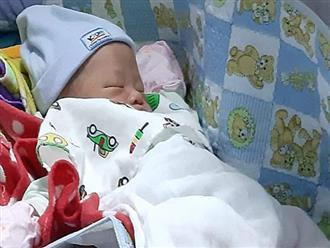Xót cảnh bé trai sơ sinh bị bỏ rơi trên tấm xốp ven đường, mặt sưng vù vì kiến cắn