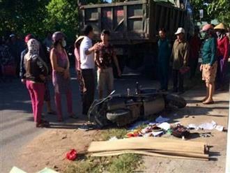 Đau lòng cảnh mẹ bị xe ben cán tử vong nằm cạnh hai con nhỏ bị thương trên đường chở đi học