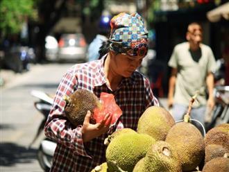 Xót cảnh người lao động nghèo oằn mình mưu sinh dưới cái nắng hơn 40 độ ở Hà Nội