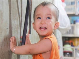Điều kỳ diệu đến với Gia Anh, bé trai 14 tháng tuổi có đôi mắt màu xanh đi tìm ánh sáng