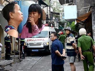 Vụ cháy ba mẹ con tử vong ở Sài Gòn: Người thân lặng lẽ ngồi một góc, hàng xóm nghẹn ngào khi thi thể nạn nhân được đưa về nhà