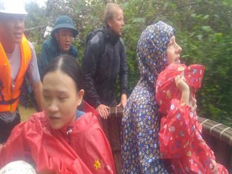 Dùng thuyền thúng cứu 2 mẹ con người nước ngoài ra khỏi căn nhà ngập lụt ở Hội An