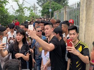 Dương Minh Tuyền đến Hưng Yên thăm nữ sinh lớp 9 bị bạn đánh, người dân hiếu kỳ chào đón như thần tượng?