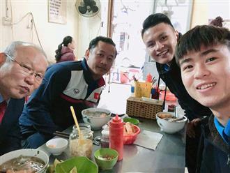 Duy Mạnh, Quang Hải mời HLV Park Hang-seo món phở bò