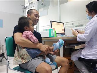 Em bé tật nguyền giữa trời lạnh cười tươi rói hôn má bố mẹ nuôi trong ngày đầu đi khám