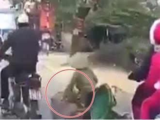 Dân mạng truy lùng gã đàn ông dùng chân đạp người phụ nữ đi xe đạp ngã lăn ra đường