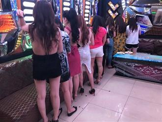 Gần 60 tiếp viên khêu gợi ngồi ôm ấp khách ngoại ở khách sạn Sài Gòn