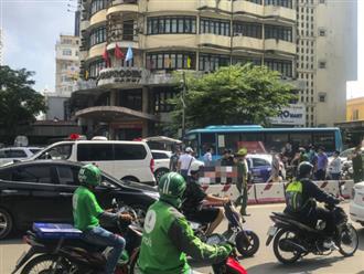 Hà Nội: Nam tài xế gục chết trên vô lăng khi xe ô tô dừng đợi đèn tín hiệu