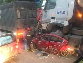 Hà Nội: Tai nạn liên hoàn lúc chờ đèn đỏ, xe container đè bẹp ô tô con khiến 3 người tử vong lúc rạng sáng