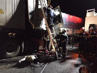 Hà Nội: Xe container húc đuôi xe tải, 2 người tử vong tại chỗ