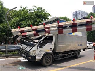 Hà Nội: Xe tải đâm gãy cột giới hạn chiều cao cầu vượt Tây Sơn, giao thông giữa trưa nắng ùn tắc