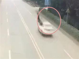 Ám ảnh clip hai bà cháu bị ô tô húc lộn vài vòng trên không trung khi sang đường