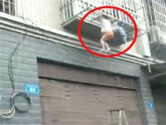 Clip: Cha mẹ ra ngoài đánh bài để hai con bị treo lủng lẳng suýt chết ngoài cửa sổ