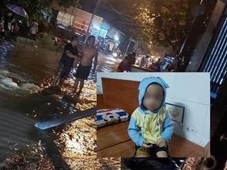 Chạy xe trên đường ngập, hai phụ nữ bị điện giật thương vong, xót cảnh bé trai 2 tuổi bơ vơ ngồi chờ mẹ cấp cứu trong bệnh viện