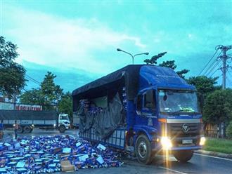 Người dân Bình Dương giúp tài xế gom hàng trăm thùng bia rơi xuống đường