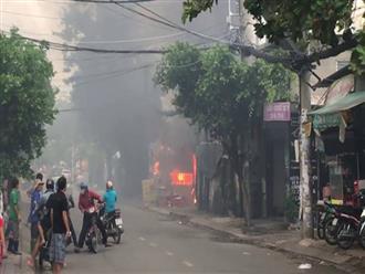 """Cháy bãi giữ xe ở gần Sân bay Tân Sơn Nhất, 3 """"xế hộp"""" bị thiêu tụi"""