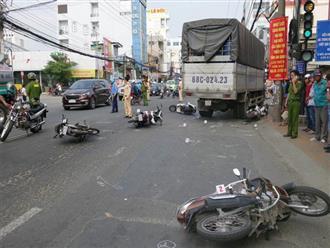 Xe tải tông 6 xe máy chờ đèn đỏ ở An Giang: Hiện trường vụ tai nạn khiến nhiều người lớn, trẻ em nhập viện