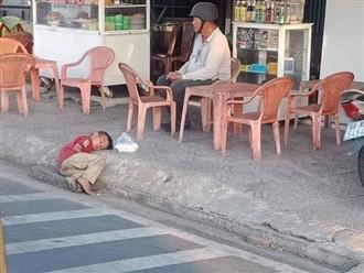 Hình ảnh bé trai lấm lem nằm co ro bên góc đường khiến ai cũng xót xa: 'Cùng là con người sao con lại khổ thế?'