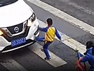 Hình ảnh khiến dân mạng mát lòng mát dạ nhất hôm nay: Thấy mẹ bị tông, cậu bé 3 tuổi đá ô tô để 'trả thù'