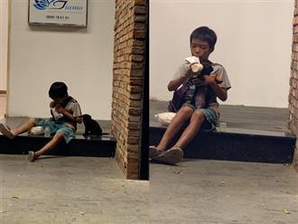 Hình ảnh khiến hàng triệu trái tim rung động: Cậu bé bán vé số chia đôi bịch sữa cho chú chó con bên đường