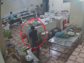 Hòa Bình: Bàng hoàng clip cô gái bị nam thanh niên vào tận bếp tạt axit gây bỏng nặng, hỏng một bên mắt