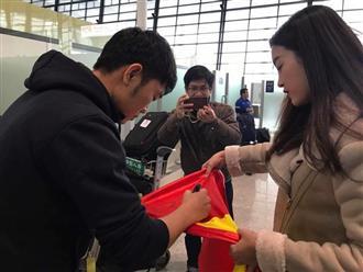 Hoa hậu Đỗ Mỹ Linh gặp Bùi Tiến Dũng và các cầu thủ U23 Việt Nam tại sân bay