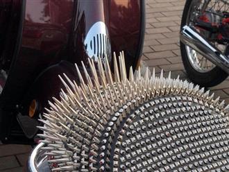 Lạ lùng chiếc yên xe gắn đinh tán chi chít hệt như lông nhím, dân tình thắc mắc: 'Vòng 3 khổ chủ làm bằng sắt?'