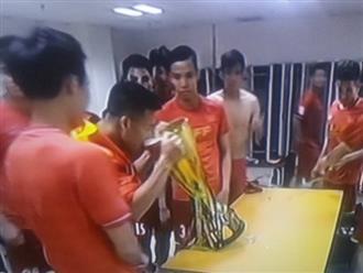 Là việc bị cấm suốt kỳ thi đấu, nhưng giành cúp xong đội tuyển Việt Nam đã ăn mừng ngay bằng việc này