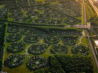 """Lạc vào ngôi làng tròn được quy hoạch tuyệt đẹp ngỡ như một """"nền văn minh ngoài hành tinh"""""""