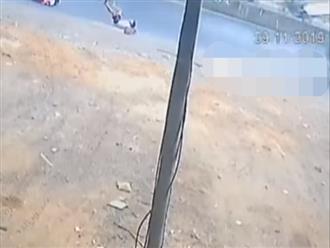 Lại thêm clip 2 học sinh rơi xuống đường từ xe đưa đón của nhà trường khiến phụ huynh hoang mang