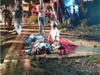Lật xe khách ở Đắk Lắk khiến hàng chục người thương vong: Người đàn ông đau đớn bên thi thể vợ