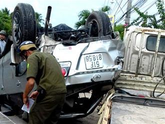 Bốn người kêu cứu trong ôtô lật ngửa ở Sóc Trăng
