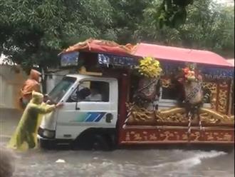 Xót cảnh người dân đẩy xe tang trong mưa đưa người thân về nơi an nghỉ: 'Chết vẫn chưa hết khổ'