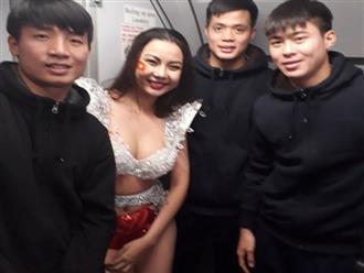 Người mẫu Lại Thanh Hương mặc phản cảm trên chuyên cơ chở U23 VN