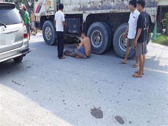 Hình ảnh đau đớn nhất ngày: Mẹ bị xe ben cán tử vong, con trai ôm thi thể gào khóc giữa đường