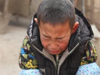 Mẹ ôm tiền bỏ trốn, bố qua đời vì ung thư, cậu bé 7 tuổi gào khóc xin vào trại mồ côi: 'Có vậy ông bà mới không phải vất vả'