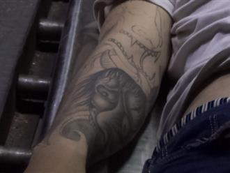 Nam thanh niên có hình xăm mặt quỷ trên tay chết trong tư thế treo cổ giữa cầu
