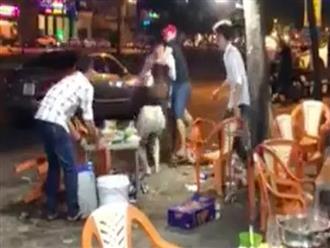 Nam thanh niên nắm đầu, hất bia vào mặt bạn gái giữa đường sau khi bị 'đá': 'Mày dám chia tay này'