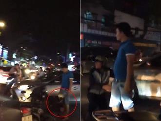 Clip sốc: Nam thanh niên quỳ lạy tài xế ô tô 3 lần giữa phố đông người sau va chạm để xin tha?