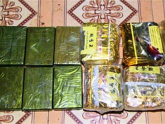 Thấy cảnh sát, vứt xe máy, ném 6 bánh heroin và 6 kg ma túy đá bỏ chạy