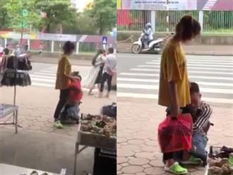 Ngán ngẩm cảnh nam thanh niên khóc lóc, ôm chặt chân bạn gái giữa đường để níu kéo tình cảm
