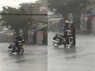 Rơi nước mắt cảnh người cha chịu dầm mưa để nhường áo cho con: Chỉ cha mẹ là thương con vô điều kiện
